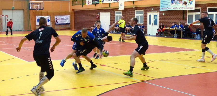 Jakub Jarząb (Jeziorak, 7 bramek przeciwko AZS UKW Bydgoszcz)) tu akurat w ataku na bramkę Latochy Agropom Gniew