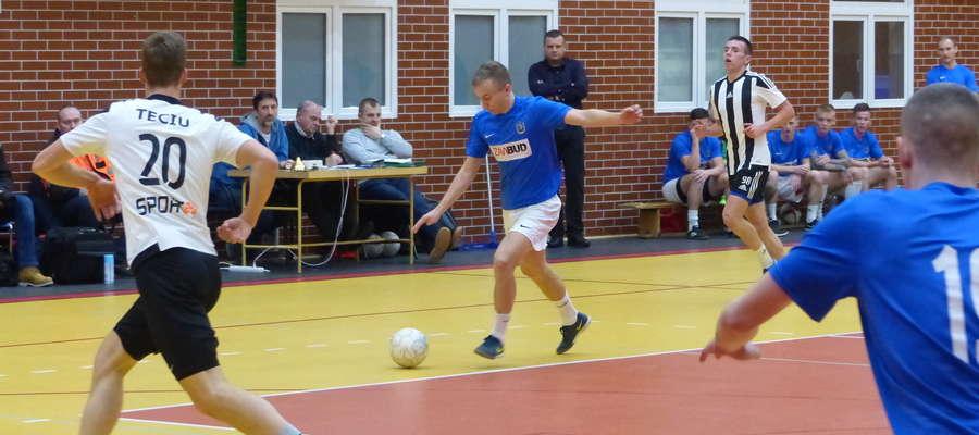 Mateusz Jajkowski (przy piłce) zdobył dla Zawbudu trzy gole w meczu finałowym przeciwko FC Domki Wikielec