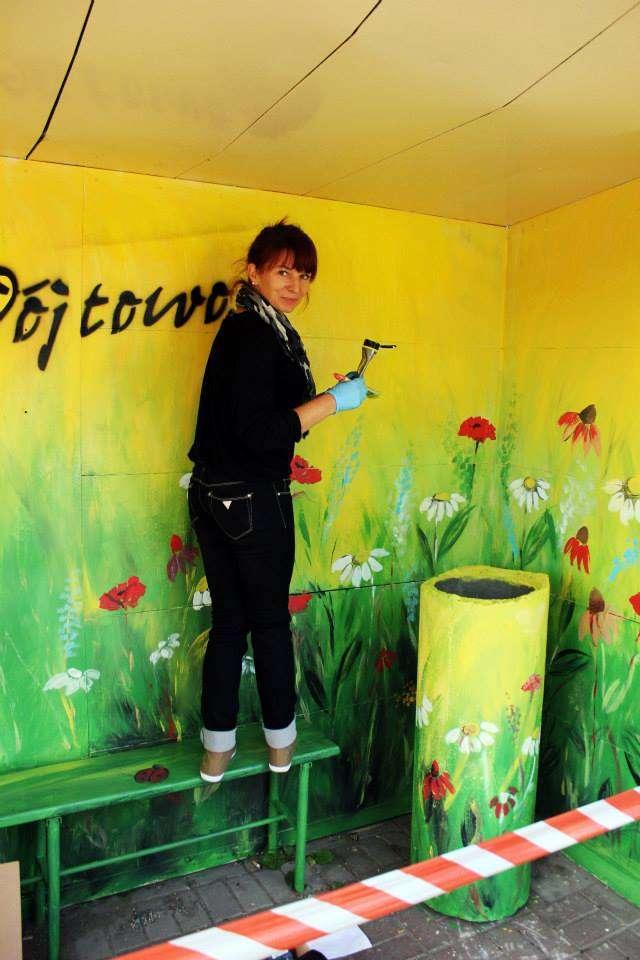 Ania maluje przystanek autobusowy w Wójtowie