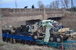 Pociąg przewożący sprzęt armii amerykańskiej zaczepił o wiadukt
