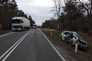 Czołowe zderzenie renault i ciężarówki. Dwie osoby w szpitalu