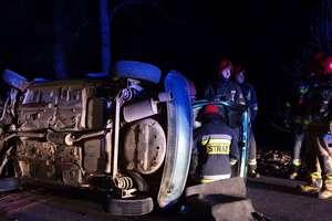 Opel wypadł z drogi, obrócił się kilka razy i przewrócił na bok