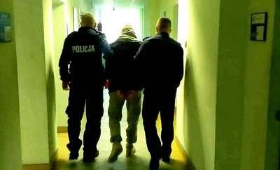 Policjanci nie posłuchali apelu poszukiwanego mężczyzny. — Panowie, zatrzymajcie mnie jutro — prosił