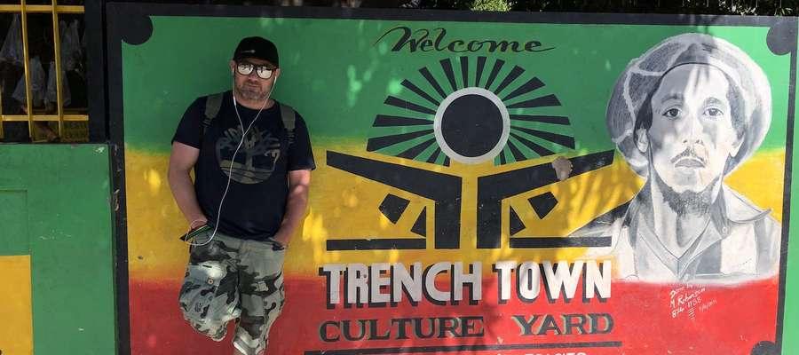 Przed Trench town Culture Yard - pierwsze miejsce w którym zamieszkał Bob Marley w Kingston po przeprowadzce z domu rodzinnego w 9 Mile