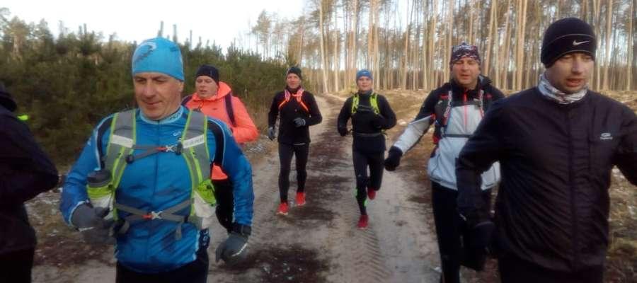 Biegacze z Iławy i Lubawy pokonują trasę łączącą te dwa miasta