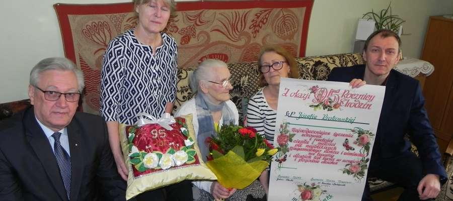 Jubilatka w towarzystwie córek, burmistrza Stanisława Bułajewskiego oraz  dyrektora MOPS Juliana Osieckiego