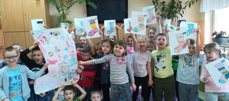 Dzieci wykonały papierowe skarpetki