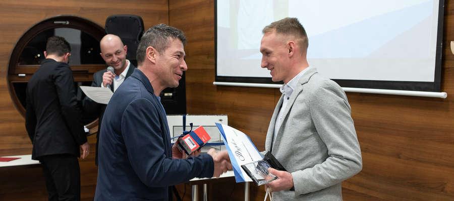 Sławomir Święcki, legenda Jezioraka Iława i jednocześnie jeden ze sponsorów naszego plebiscytu, wręcza nagrodę zwycięzcy Arkadiuszowi Kucińskiemu
