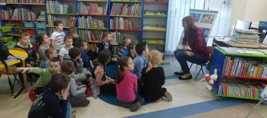 W czasie wizyty przedszkolaków w bibliotece