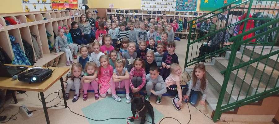 Przedszkolaki na pamiątkowym zdjęciu z czworonożnym gościem