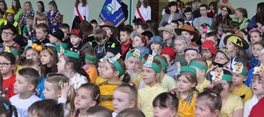 Społeczność szkolna zebrała się w sali gimnastycznej
