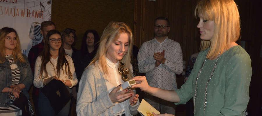 Organizatorka konkursu Monika Karłowska wręcza statuetkę Marcelinie Szczygłowskiej
