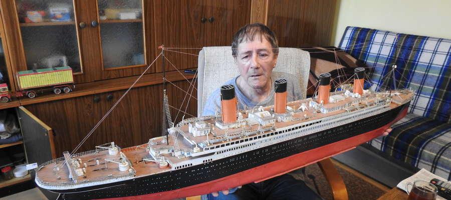 """Pan Leszek Wołyński ze swoim największym dziełem. """"Titanica"""" sklejał dwa miesiące."""