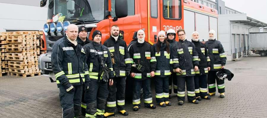 Dwa zastępy strażaków z OSP Bartąg przed wozem bojowym. Pierwszy z lewej naczelnik E.Szarnowski.