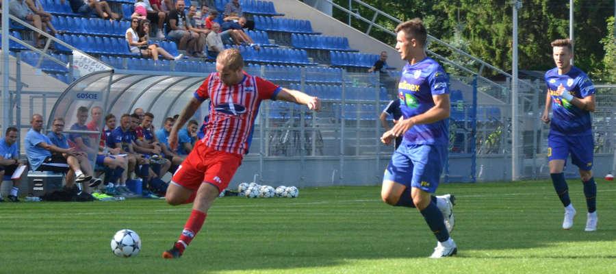 Marcin Kajca (z lewej) kapitan ostródzkiego Sokoła w Nowym Dworze zdobył gola za trzy punkty