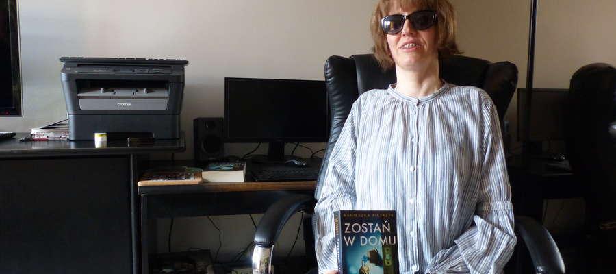 Agnieszka Pietrzyk jest niewidoma. Straciła wzrok w wieku 12 lat z powodu postępującej jaskry. Nie przeszkodziło jej to skończyć studiów doktoranckich i wydać siedem powieści