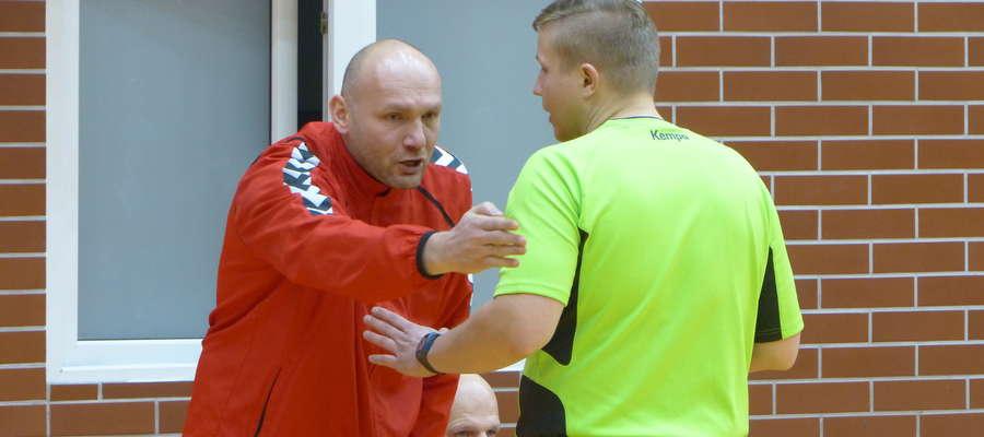 Krzysztof Maciejewski, jeden z trenerów Szczypiorniaka Olsztyn (tu akurat podczas nerwowej dyskusji z sędzią w meczu z Jeziorakiem w Iławie)