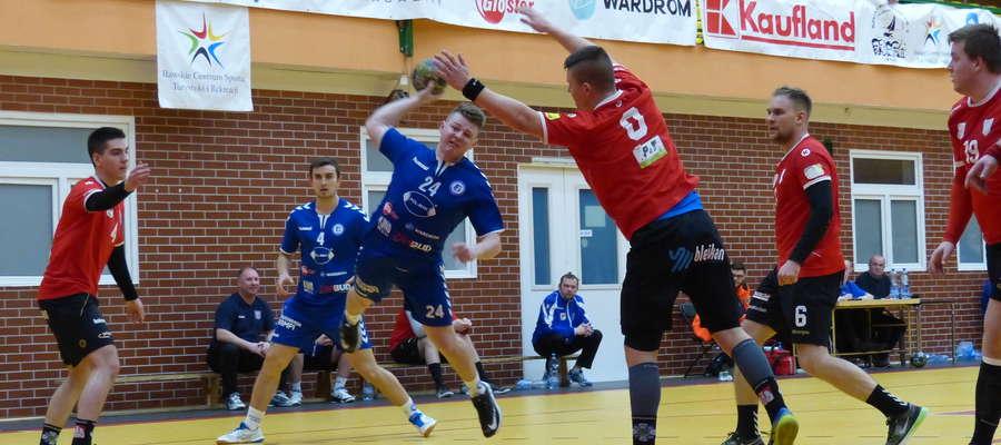 Dominik Rogala (Jeziorak) w ataku na bramkę drużyny z Gryfina