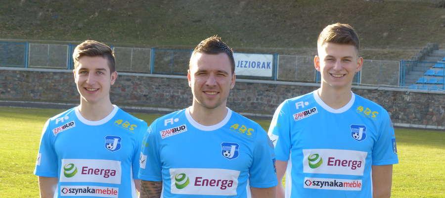 Od lewej strony Wiktor Bojarowski (nowy nabytek Jezioraka Iława), Dawid Kowalski oraz Michał Foj