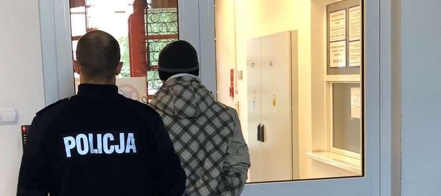 Podejrzany 43-latek podczas doprowadzenia