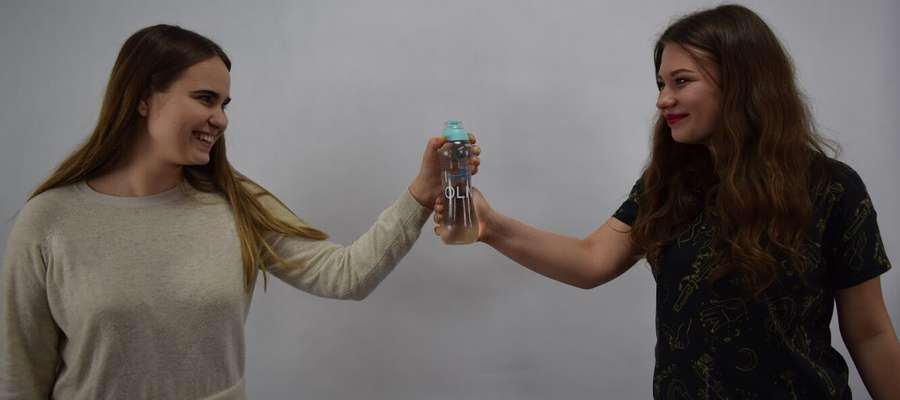 """Wiktoria i Marta są licealistkami z XII LO. Razem stworzyły projekt Tap'n'Water, który bierze udział w olimpiadzie """"Zwolnieni z teorii""""."""