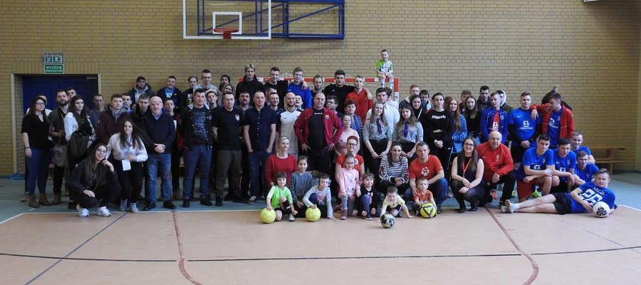 Pamiątkowe zdjęcie uczestników drugiego dnia turnieju.