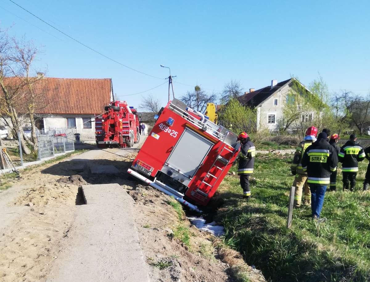 Spłonęły zwierzęta. Wóz strażacki jadący do pożaru wjechał do rowu - full image