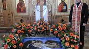 Kapłan trzy razy puka w drzwi cerkwi