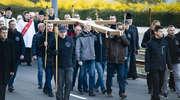 Przeszli ulicami Elbląga niosąc symboliczny krzyż [zdjęcia]