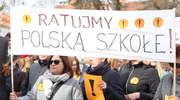 Demonstracja nauczycieli pod Ratuszem. — Musimy podejmować trudne decyzje — twierdzą [GALERIA]
