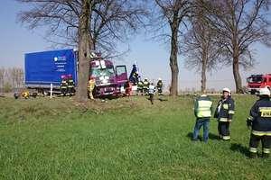 Samochód ciężarowy uderzył w drzewo. Pasażer zabrany śmigłowcem do szpitala