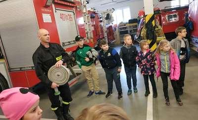 Uczniowie ze szkoły w Dzietrzychowie odwiedzili komendę straży pożarnej w Bartoszycach