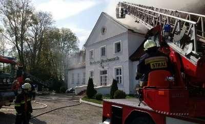 Pożar dworku w Bieniaszach. Ogień gasiło stu strażaków [ZDJĘCIA]