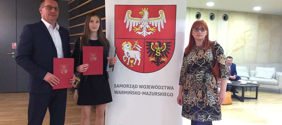 Trener Wojciech Rejterada z Kingą Kuklińską i jej mamą Ewą na Gali Sportu 2019 w Olsztynie