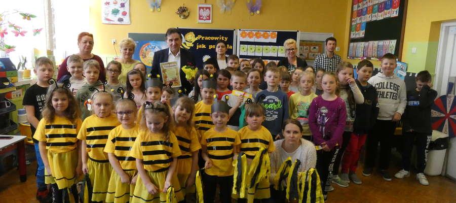 """Wspólne zdjęcia uczniów z gościem i opiekunkami oraz grupą przedszkolnych """"Pszczółek"""""""