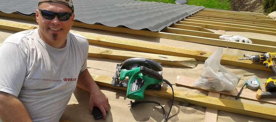 Tomasz Rydzewski podczas pracy na dachu