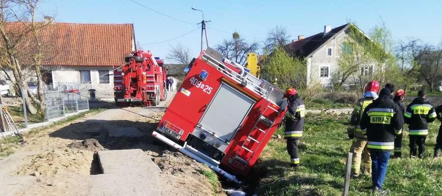 Spłonął budynek gospodarski. Wóz strażacki ugrzązł w rowie