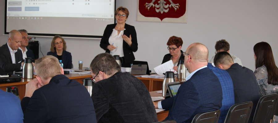 Na wspólnym posiedzeniu komisji burmistrz Aneta Goliat zgłosiła propozycję zmian w wynagrodzeniu sołtysów, ale wycofała się z niej