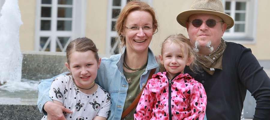 Gregor Föst i Lidia von Baysen z córkami. Pani Lidia mówi, że kupuje  dzieciom rzeczy z drugiej ręki