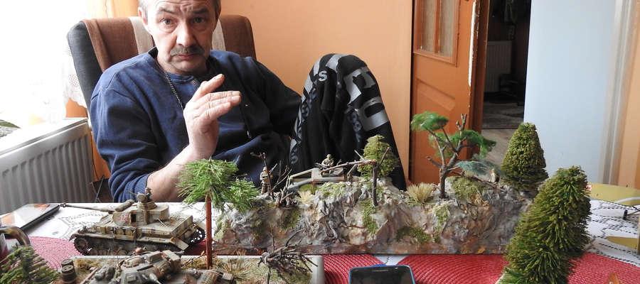 Bogusław Bubacz i część wykonanych przez niego dioram.