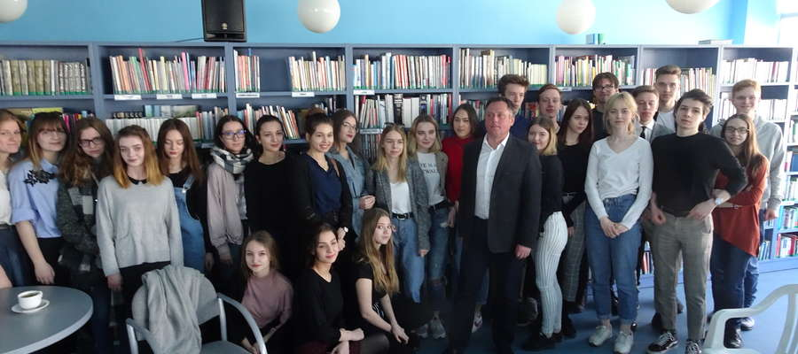 Prof. Sławomir Buryła z uczniami I LO w Olsztynie w Planecie 11