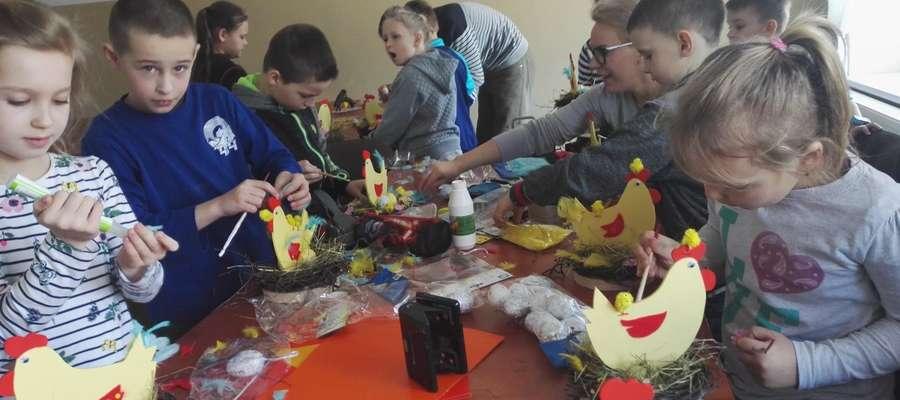 Dzieci podczas warsztatów wielkanocnych w Wonnie