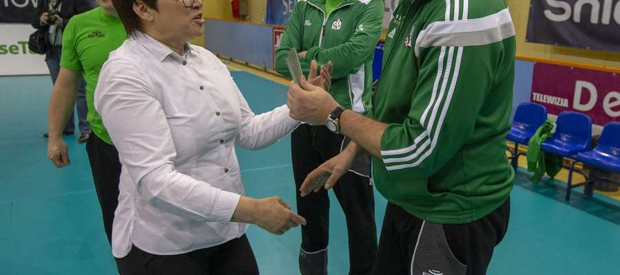 Trener Maciej Dobrowolski odbiera statuetkę za ósme miejsce w finałach mistrzostw Polski juniorów