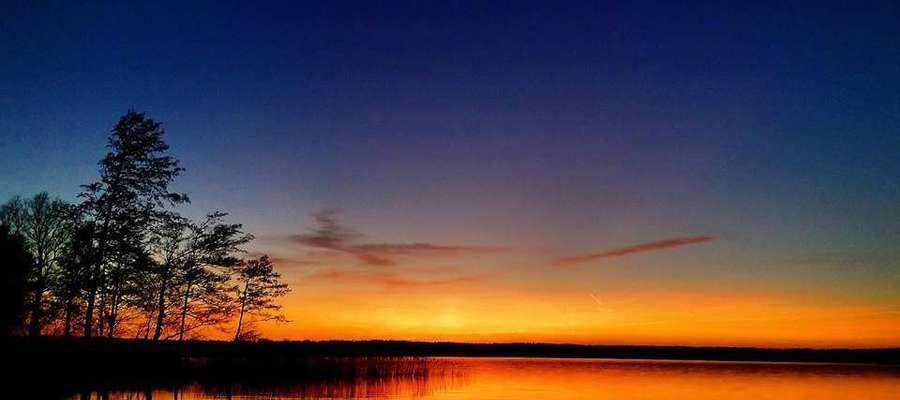Zachód słońca nad jeziorem Dadaj.