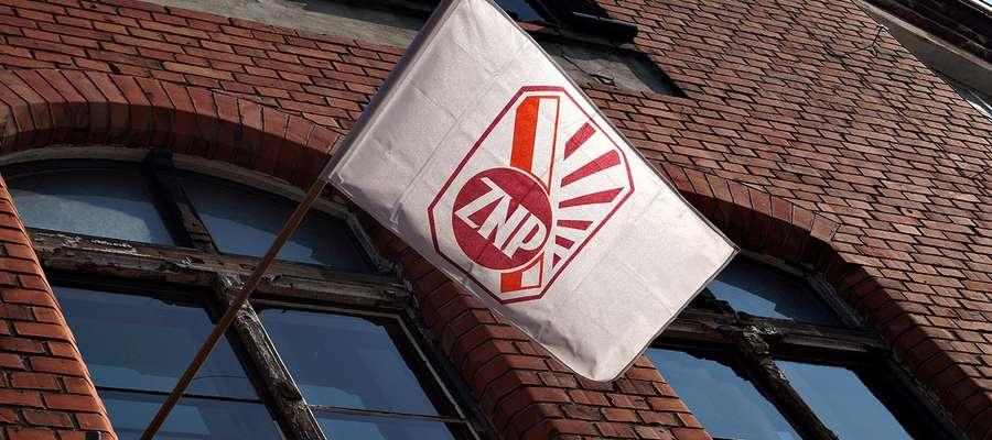 Flaga ZNP zawisła dzisiaj nie tylko na budynku SP nr 1 w Mrągowie...