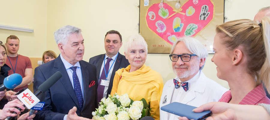 W Klinice Budzik dla dorosłych od lewej: rektor Ryszard Górecki, Ewa Błaszczyk i prof. Wojciech Maksymowicz