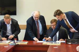 Podpisano umowy na dofinansowanie remontów powiatowych i gminnych dróg