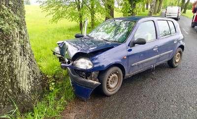 Chcąc uniknąć zderzenia z innym autem, uderzyła w drzewo