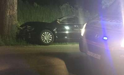 Jedna osoba ranna po uderzeniu auta w drzewo pod Dąbrównem
