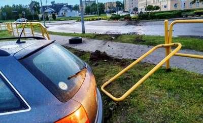 Stracił kontrolę nad pojazdem, przejechał przez rondo i uderzył w barierki – był pijany